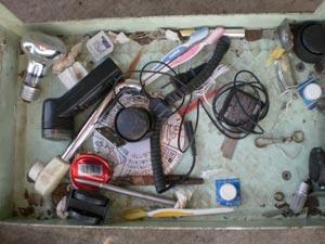 写真:ヒゲ剃りの刃、携帯の充電器などの金属